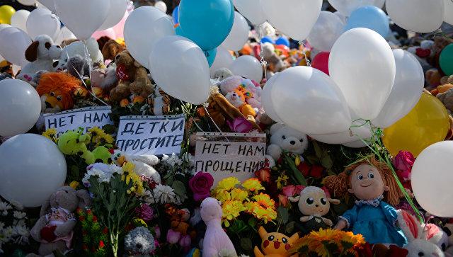 Цветы и воздушные шары в память о жертвах пожара в торгово-развлекательном центре «Зимняя вишня» в Кемерово. Архивное фото