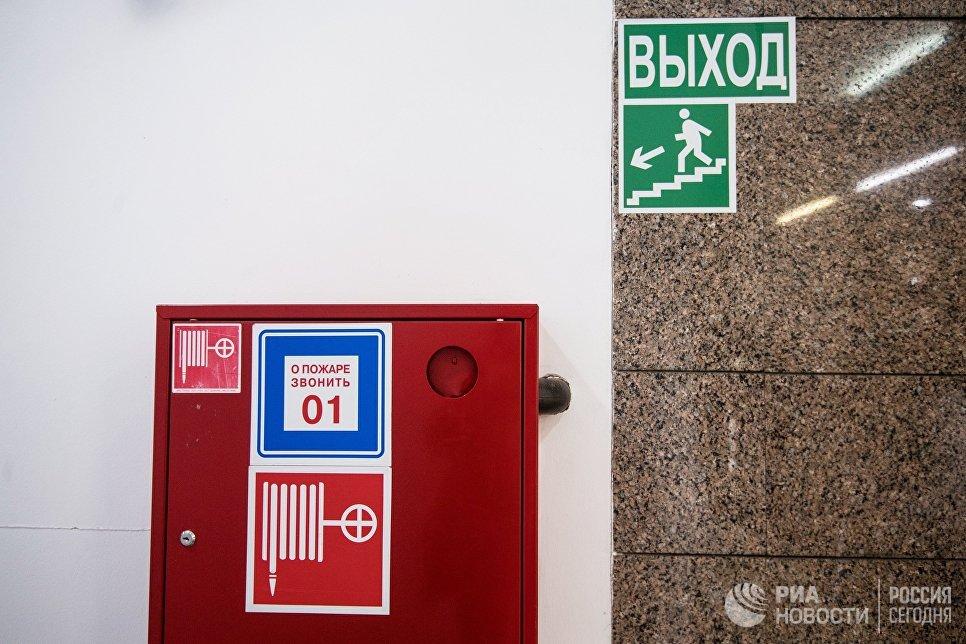 Пожарный шкаф и указатель направления эвакуации при пожаре в торговом центре