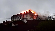 Огонь охватил пятиэтажный дом в центре Сочи. Кадры пожара