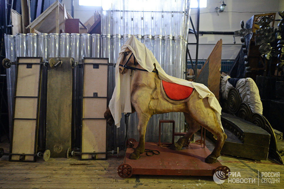 На складе декораций Новосибирского оперного театра.