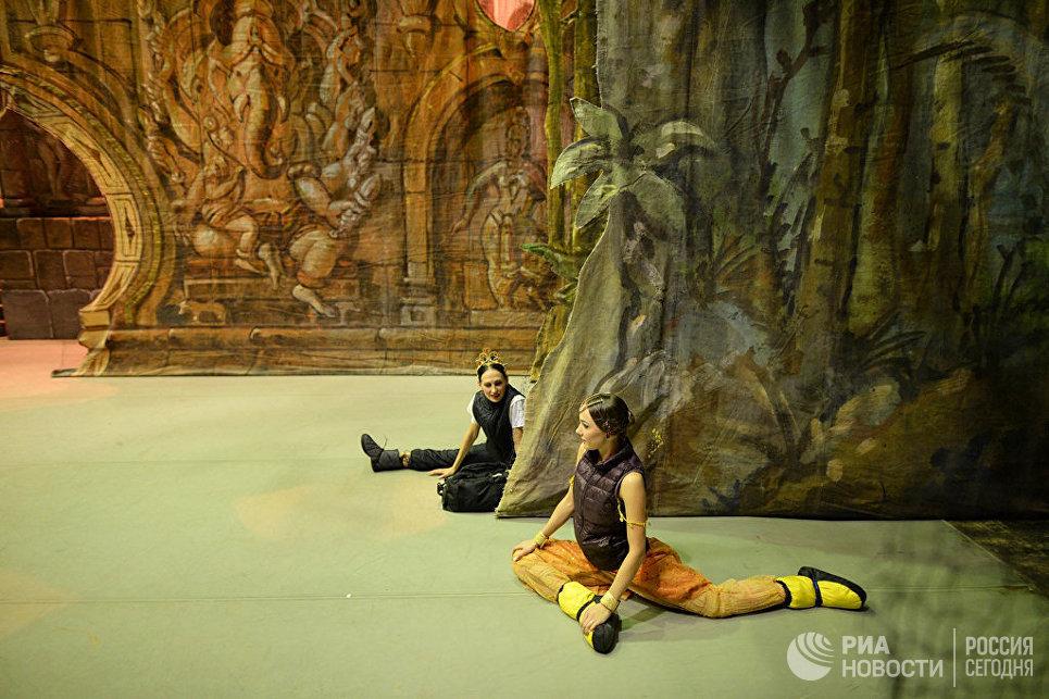 Балерины на сцене Новосибирского оперного театра.