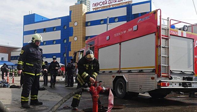 Сотрудники противопожарной службы МЧС РФ у детского торгового центра Персей в Москве, где произошло возгорание
