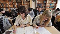 Мигранты во время экзаменационного тестирования в одном из ростовских центров государственного тестирования иностранных граждан для получения сертификата о трудовой деятельности в РФ