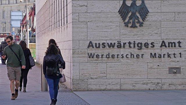 Прохожие у здания Министерства иностранных дел Германии в Берлине. Архивное фото
