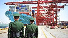 Китайские полицейские в порту в Циндао. 6 апреля 2018