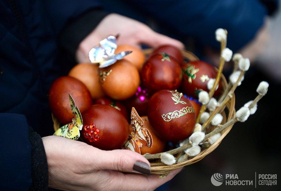 Освящение пасхальных яиц в Великую субботу в Вознесенском кафедральном соборе в Новосибирске