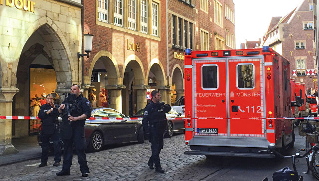 Пожарные в центре Мюнстера, где произошел теракт, Германия. 7 апреля 2018