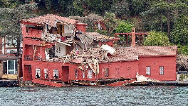 Сухогруз врезался в прибрежное здание в проливе Босфор в Стамбуле, Турция. 7 апреля 2018