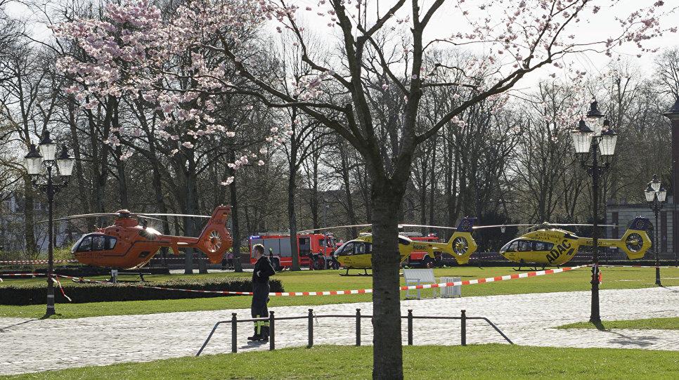 Спасательные вертолеты стоят в Мюнстере, где автомобиль въехал в толпу людей. 7 апреля 2018