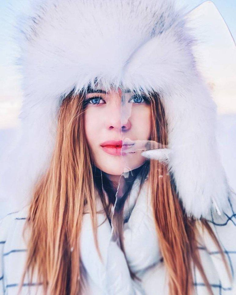 Портрет девушки со льдом на озере Байкал