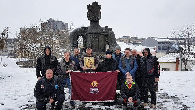 Участники мотопробега Русские Балканы на фоне памятника сербскому князю Лазарю в городе Крушевац, который он основал
