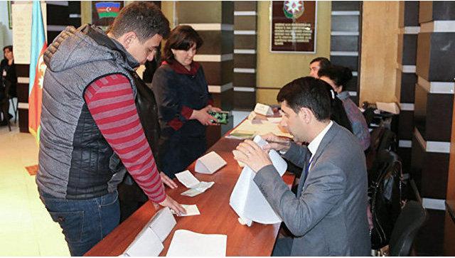 Во время голосования на выборах президента в Азербайджане. 11 апреля 2018