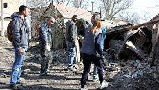 Местные жители Куйбышевского района у гаража, поврежденного в ходе ночного обстрела Донецка. Апрель 2018
