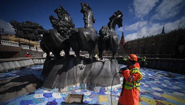 Сотрудник Гормоста у фонтана Времена года на Манежной площади