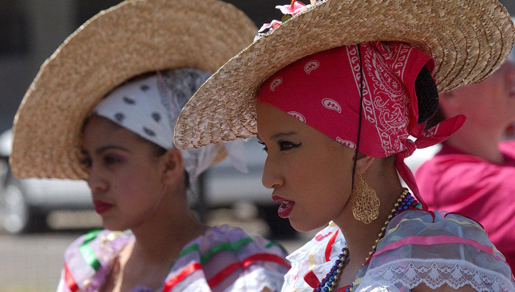 Участницы праздника Синко де Майо в Денвере, Колорадо