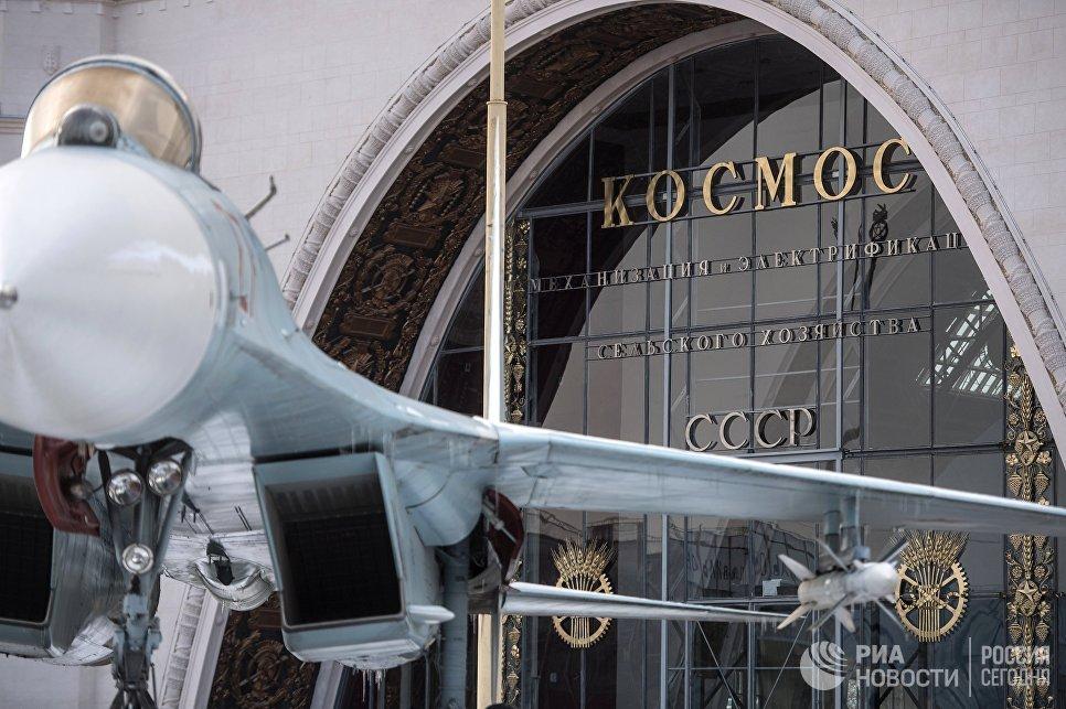 Самолет Су-27 перед павильоном Космос на ВДНХ