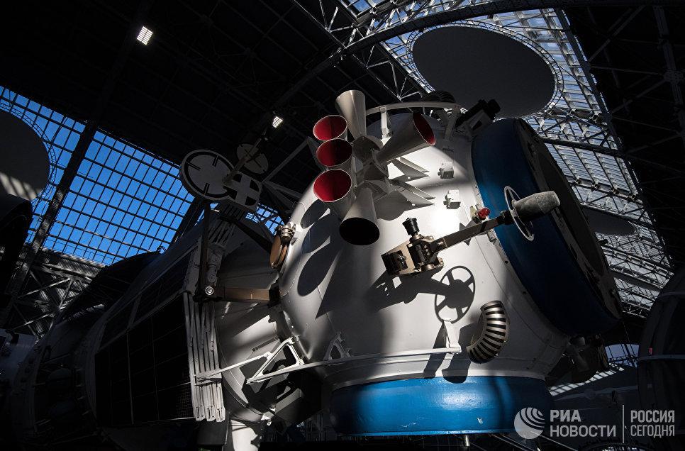 Макет орбитального комплекса Мир в павильоне Космос центра Космонавтика и авиация на ВДНХ