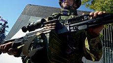 Морской пехотинец, демонстрирует пулемет Печенег