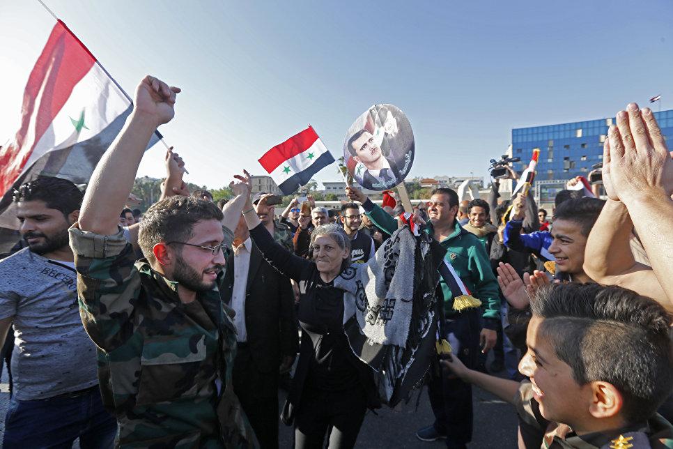 После нападения жители Дамаска вышли на акции в поддержку своего  правительства и президента Башара Асада.