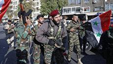 Солдаты сирийской армии во время демонстрации против воздушных ударов коалиции под командованием США в Дамаске. 14 апреля 2018