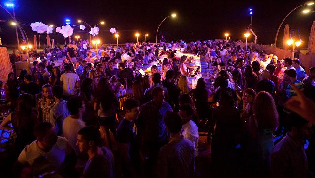 Люди в баре в Тель-Авиве