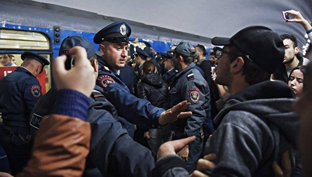 Сотрудник правоохранительных органов на станции Ереванского метрополитена, где участники акции гражданского неповиновения заблокировали вагон