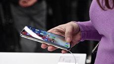 Девушка со смартфоном. Архивное фото