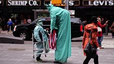 Мужчины в костюмах Статуи Свободы на площади Таймс-сквер в Нью-Йорке, США. Архивное фото
