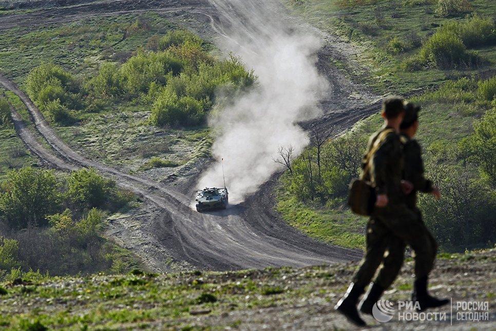 БМД 2 преодолевает десантно-штурмовую полосу на армейском конкурсе Десантный взвод в Краснодарском крае