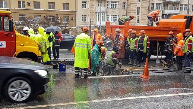Сотрудники аварийных служб ликвидируют последствия провала грунта на улице Новый Арбат в Москве