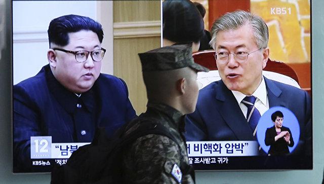 Портреты лидера КНДР Ким Чен Ына и президента Южной Кореи Мун Чжэ Ина на экране телевизора в Сеуле, Южная Корея. Архивное фото