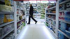 Посетитель в аптеке. Архивное фото