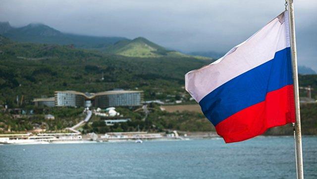 Российский триколор на палубе парусника Херсонес в Крыму