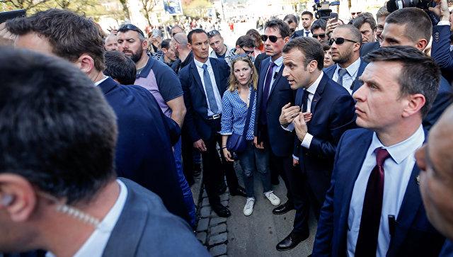 Президент Франции Эммануэль Макрон во время встречи с местными жителями в коммуне Сен-Дье-де-Вож. 17 апреля 2018