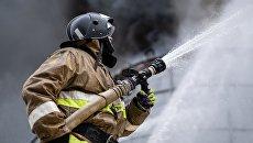 Сотрудник МЧС РФ во время тушения пожара. Архивное фото