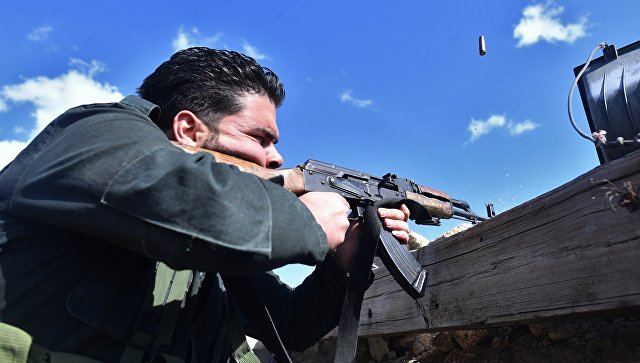 Солдат в районе лагеря беженцев Ярмук на юге Дамаска