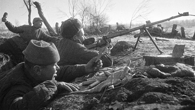 Бойцы ведут бой из окопа. Сталинград, 1942