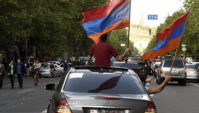 Участники митинга в Ереване в связи с отставкой премьер-министра Сержа Саргсяна