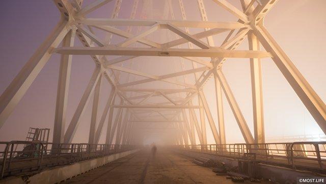 Туман на железнодорожной арке Крымского моста. Архивное фото