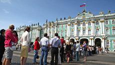 Туристы в Санкт-Петербурге. Архивное фото