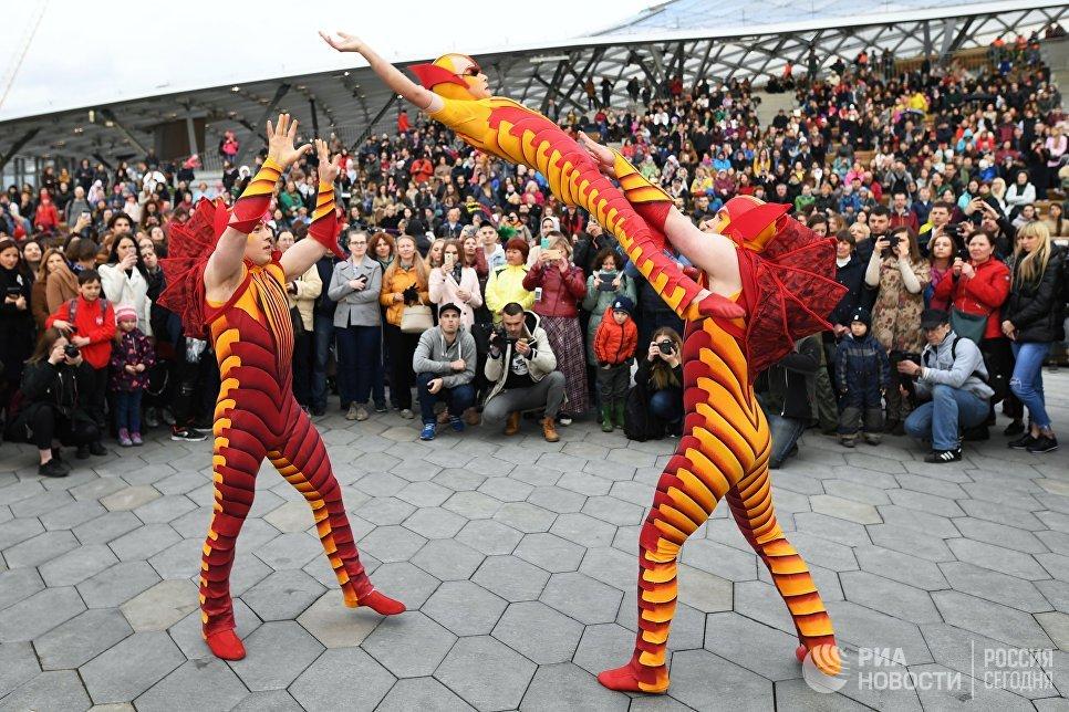 Артисты Cirque du Soleil на открытии летнего сезона в парке Зарядье в Москве