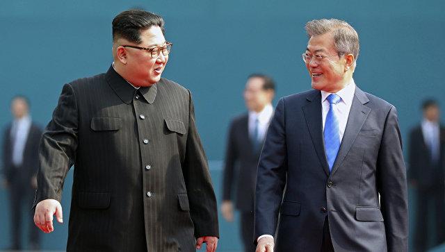 Лидеры Северной иЮжной Кореи встретились награнице. Фотография