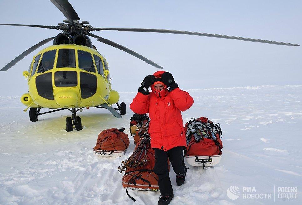 Участник 10-й Большой арктической экспедиции под руководством полярника Матвея Шпаро на Северном полюсе.