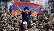 Участники митинга в Ереване
