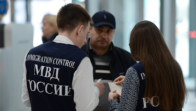 Сотрудники управления по вопросам миграции МВД России. Архивное фото