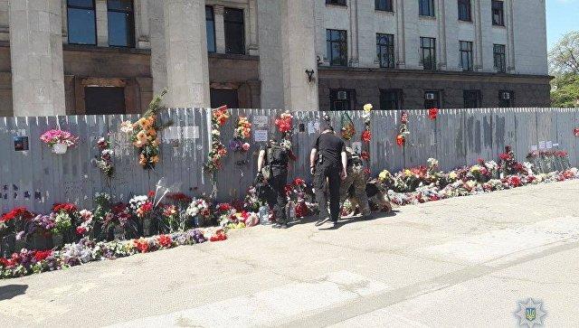 В Одессе люди несут цветы к Дому профсоюзов в память о погибших в 2014 году