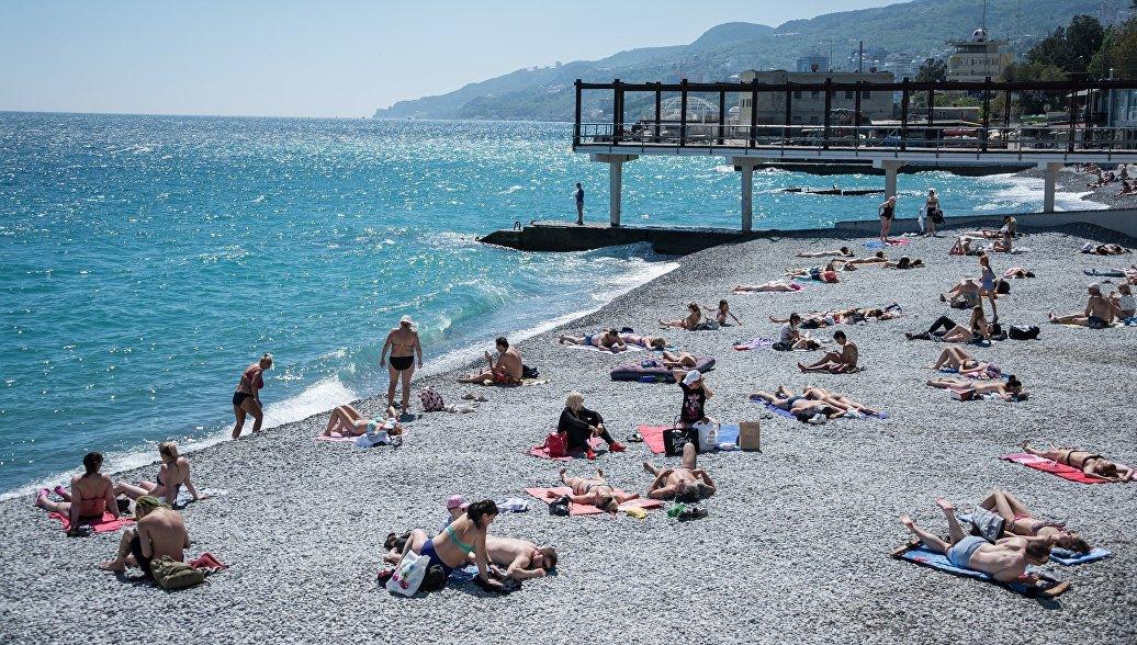 Отдыхающие на пляже в Крыму. Архивное фото