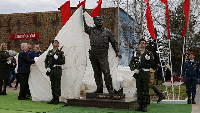 Монумент Макарычу ивсем авиамеханикам открылся вЯрославской области