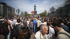 Участники несанкционированной акции оппозиции на Пушкинской площади в Москве. 5 мая 2018