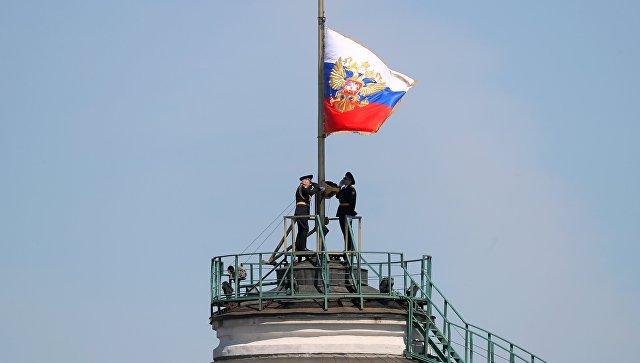 Солдаты Президентского полка поднимают штандарт президента РФ над куполом Сенатского дворца Московского Кремля. 7 мая 2018